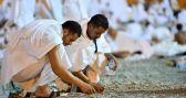 حجاج بيت الله الحرام يجمعون ملايين الحصيات لرمي الجمرات