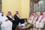 الأمير عبدالله بن بندر يقدم العزاء لأسرة رئيس المحكمة العامة بمكة