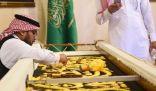 مجمع الملك عبدالعزيز لكسوة الكعبة المشرفة يبهر زوار سوق عكاظ بطريقة صناعة الكسوة