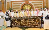 أمير مكة يسلم كسوة الكعبة لكبير سدنة بيت الله الحرام