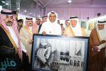 """الفنان الفايز يهدي أمير مكة لوحة """"الملك فيصل"""""""