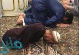 صورة مؤثرة لزائر بلا أطراف يصلي في الروضة الشريفة تحظى بتعاطف واسع