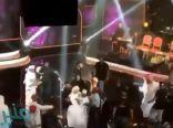 فيديو.. الجمهور العُماني يقتحم المسرح في حفل للمغني الإماراتي عيضة المنهالي