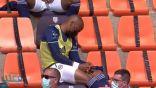 شاهد.. لاعب يغرق في النوم خلال مباراة فريقه!