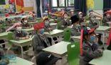"""الصين.. """"قبعات التباعد"""" سمحت بعودة الطلاب للمدارس"""