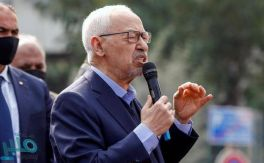 """بعد منعه من الدخول .. الغنوشي يعتصم أمام البرلمان التونسي """"المغلق"""""""