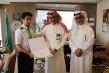الرئيس التنفيذي للشركة السعودية للخدمات الأرضية يُكرم أحد الموظفين لأمانته