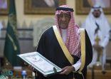 """بالفيديو: الأمير مقرن يرعى حفل تكريم شهداء """"تحطم المروحية"""" ويتسلم الوشاح عن نجله"""