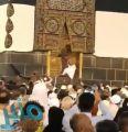 """مريض نفسي.. توضيح من شرطة مكة حول فيديو """"الحاج"""" الذي قفز إلى عتبة باب الكعبة"""