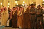 شاهد: أمير الرياض والمفتي يتقدمان المصلين على مؤذن الجامع الكبير