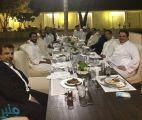 صورة خارج الرسميات تجمع ولي العهد بعدد من القادة العرب على طاولة العشاء