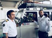 شاهد.. بريطانية تقود سيارتها وتغادر إلى مصر عبر ميناء ضباء.. والموظفون يقدمون لها الهدايا والورود