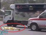 شاهد: سيارة تدهس شخصاً ويتوفى في إحدى شوارع الرياض