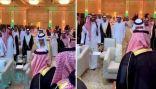 شاهد .. ردة فعل الأمير تركي الفيصل بعد أن طلب منه أمير الرياض أن يجلس مكانه خلال حفل