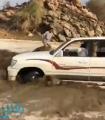بالفيديو: قفزة ماهرة تنقذ شاباً من الغرق بعدما حاصرته السيول بالطائف