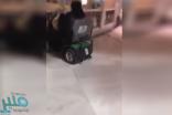 شاهد: فتاتان تتمازحان بسيارة سعي كهربائية داخل الحرم المكي .. وهذا ما طالب به نشطاء