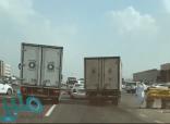 """المرور"" يضبط قائدي شاحنتين قادا بتهور وكادا يتسببان بحـادث مروري"