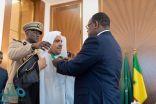 الرئيس السنغالي يقلد أمين رابطة العالم الإسلامي وسام الدولة الأكبر
