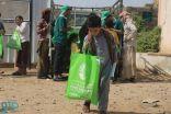 مركز الملك سلمان للإغاثة يواصل توزيع كسوة العيد للأيتام والنازحين في مأرب والمهرة