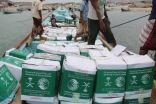 مركز الملك سلمان للإغاثة يوزع أكثر من 21 طنًا من السلال الغذائية للمتضررين في سقطرى