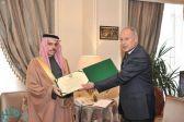 نيابة عن ولي العهد.. وزير الخارجية يتسلّم درع العمل التنموي العربي من الجامعة العربية