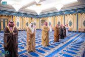 ولي العهد يؤدي صلاة الميت على والدة الأمير محمد بن عبدالرحمن
