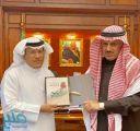 """الفيفي يهدي كتابه """"صورة الملك سلمان بن عبدالعزيز آل سعود في عاصفة الحزم"""" لمدير جامعة الملك خالد"""
