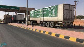 مركز الملك سلمان للإغاثة يرسل 12 شاحنة محملة بأطنان من السلال الغذائية لعدة محافظات يمنية
